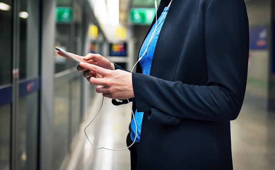 woman-waiting-subway-terminal-transporta