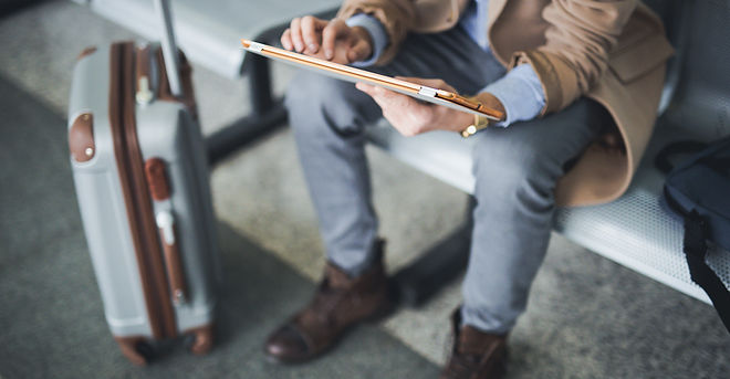Homem, com, tablete digital