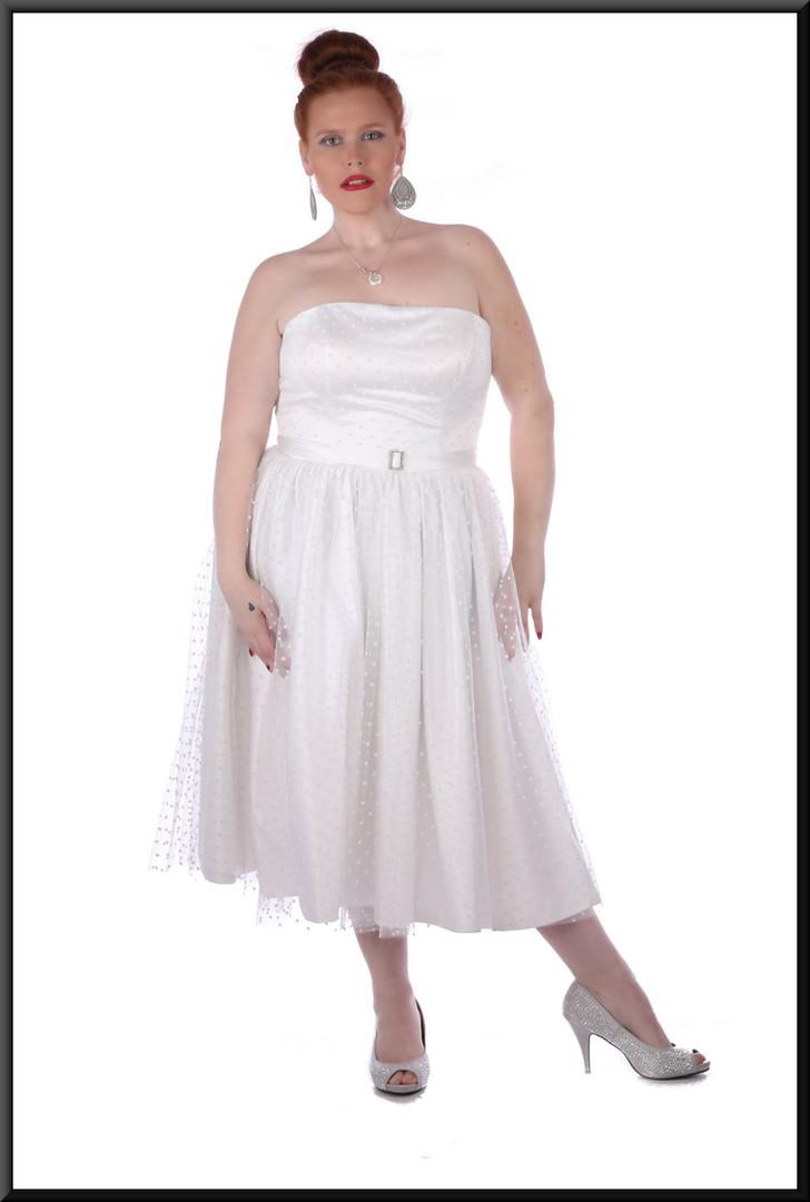"Strapless spotty-pattern, diamanté brooch belt, bridesmaid dress, size 18/20 - off white. Model height 5'7"""