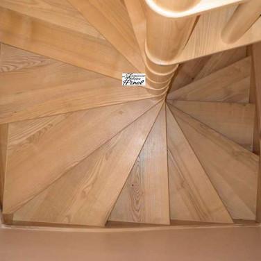 Escalier façon colimaçon dans une tour carrée.