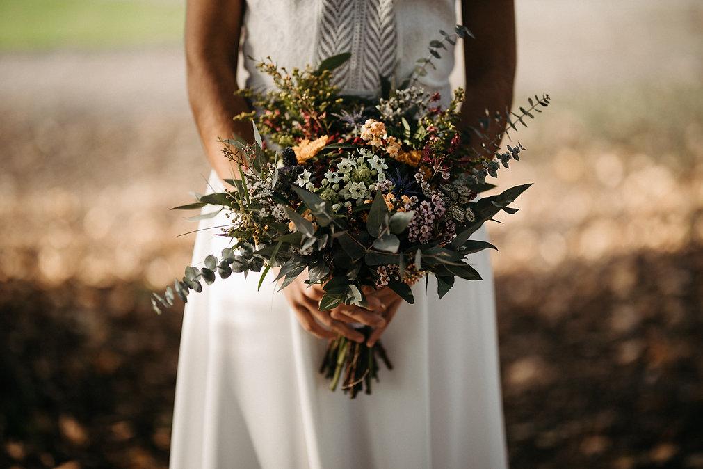 bouquet de la mariee dans sa jolie robe de mariée