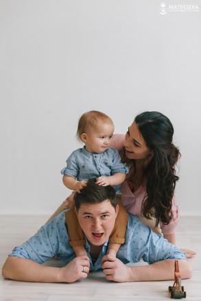 Профессиональная фотосъёмка для семьи в студии