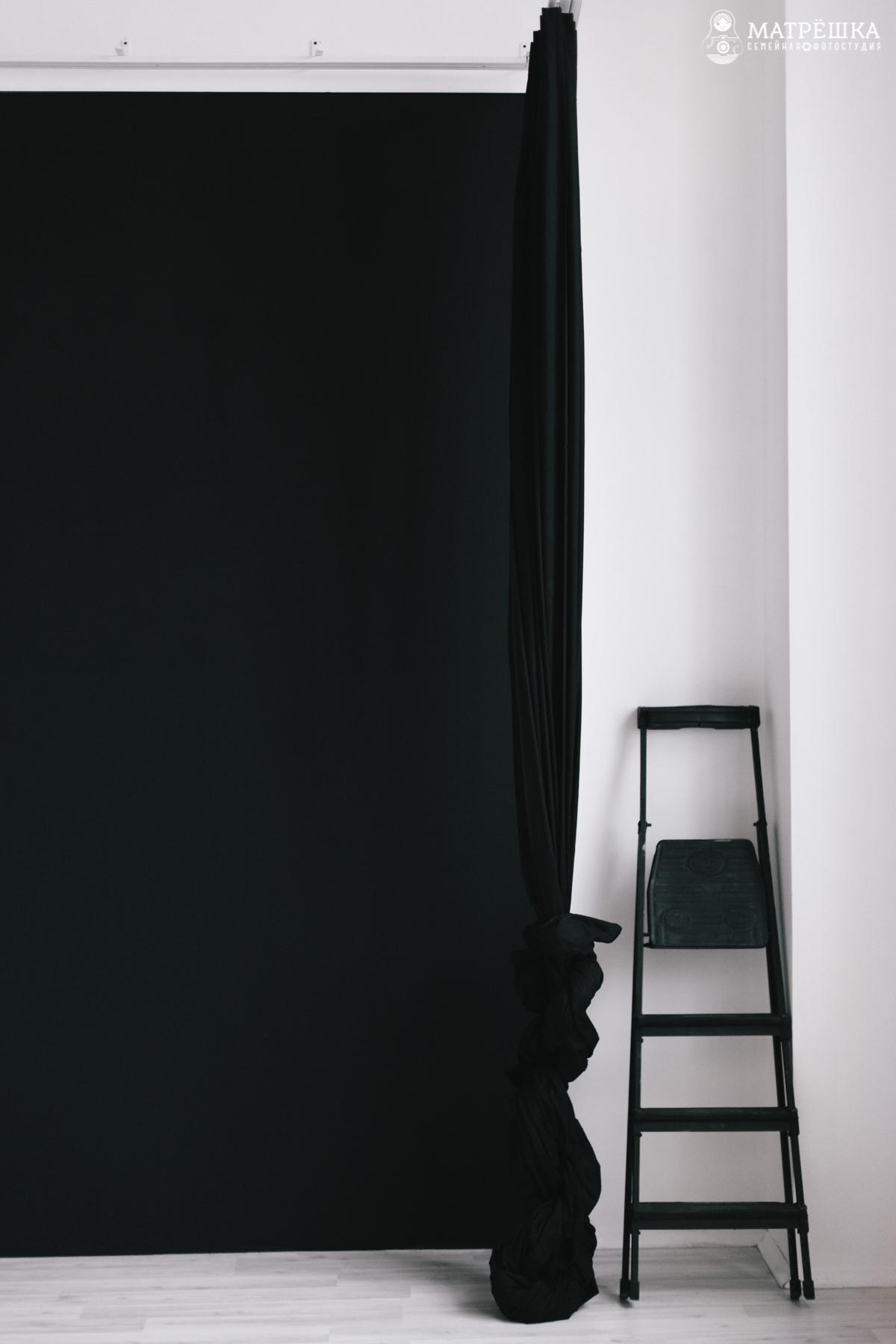 чёрный фон и меловая доска в студии