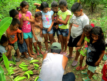mostrando_los_plátanos_a_los_niños_Dec_2