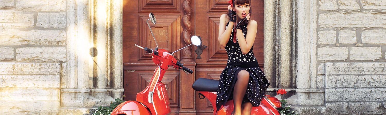 Femme sur un scooter rouge