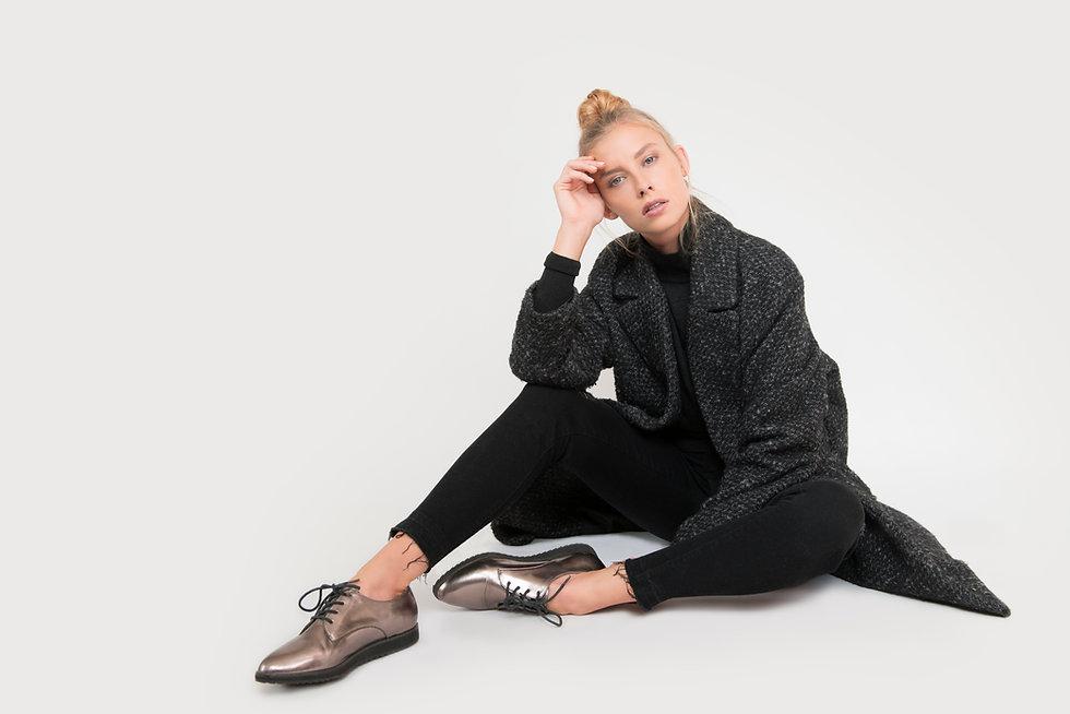 Femme assise sur le plancher