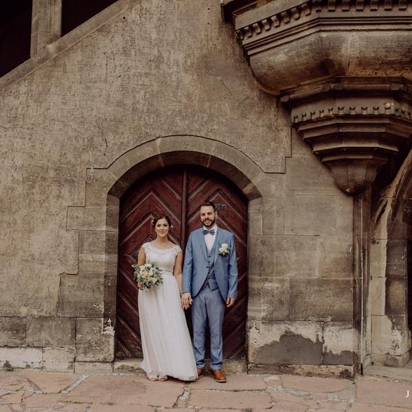 Brautpaar vor alter Kirche