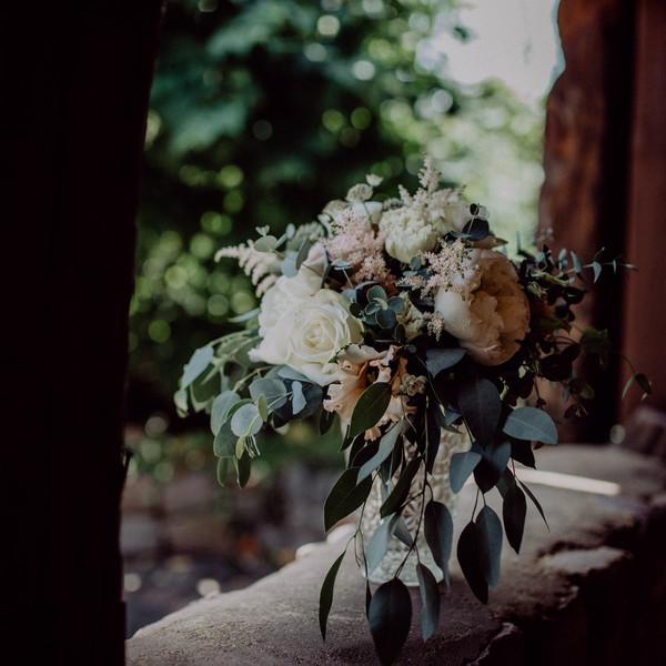 Brautstrauß auf Balkon