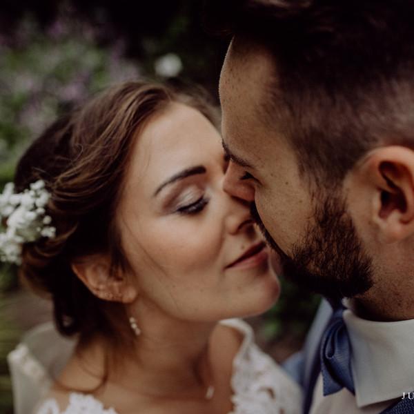 Brautpaar verliebt nach der Trauung
