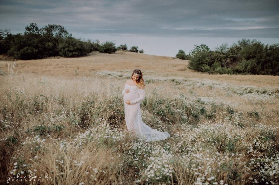 Schwangere Braut auf Wiese