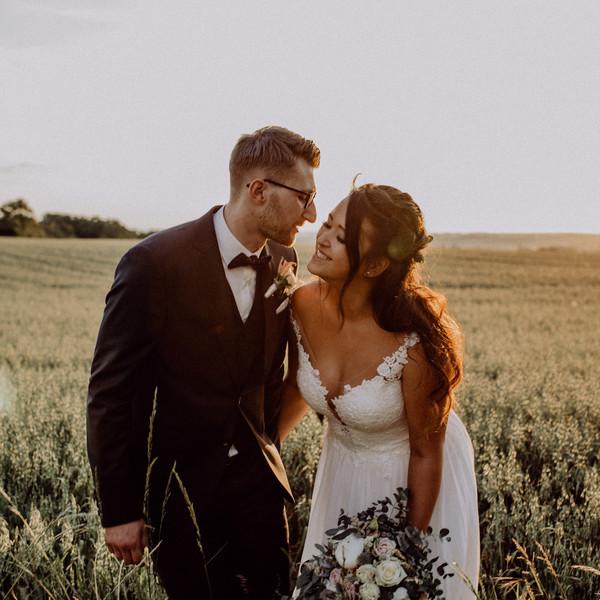 Brautpaar vor Kornfeld