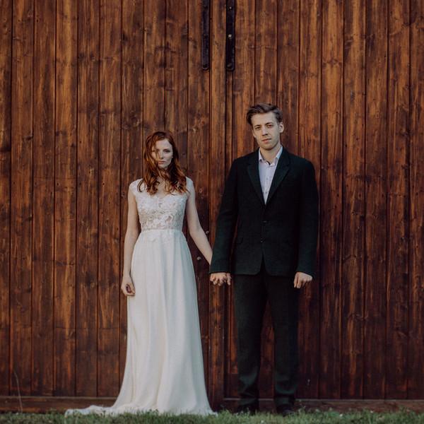 Brautpaar vor Holztor
