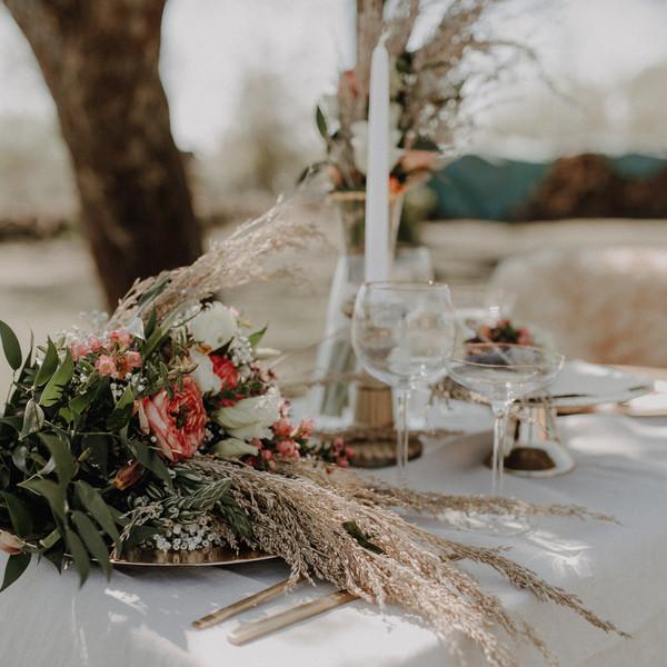 Brautstrauß auf Tisch liegend