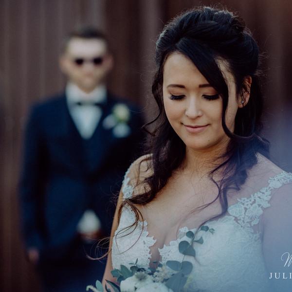 Braut blickt runter