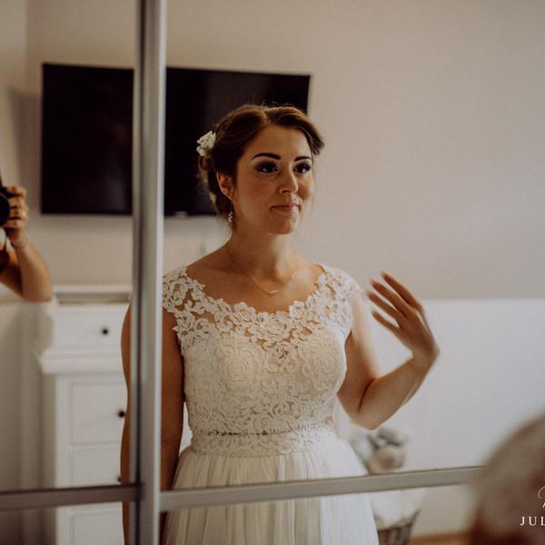 Braut Shooting vor Spiegel