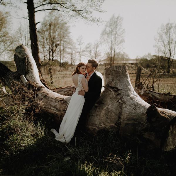 Brautpaar vor Baumstamm