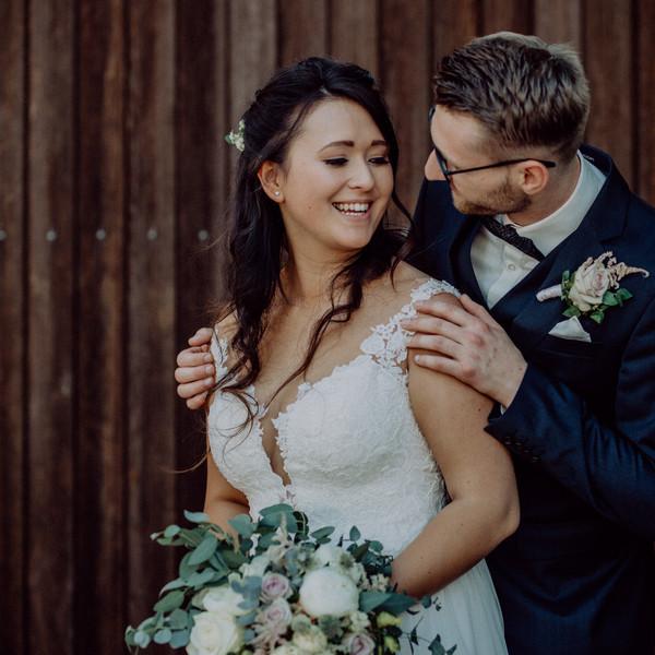 Brautpaar - Bräutigam umarmt die Braut