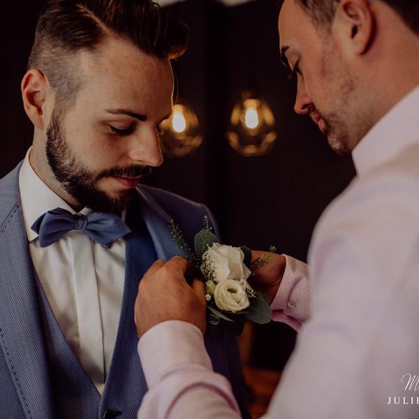 Bräutigam lässt sich ankleiden