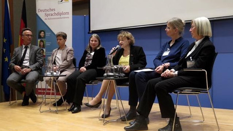 VDSS chair Charlotte Schulze in New York for a talk at the German Language School Conference