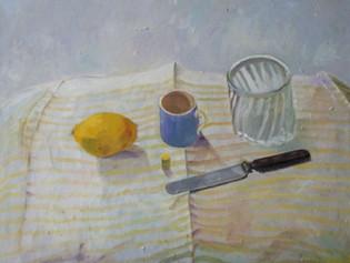 Stilleben med citron, kniv, kopp och glas
