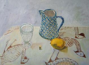 Stilleben med blå vas, glas och citron
