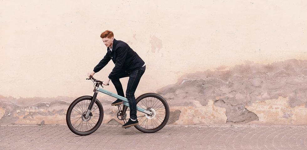 Homme roux sur un vélo design. Vélo moderne et design