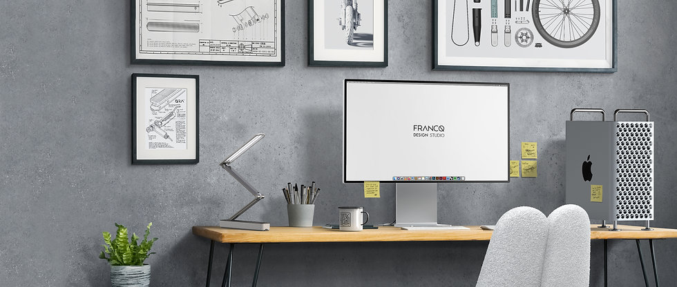Bureau de design avec des cadres au mur et un ordinateur Apple Mac Pro