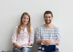 Sonriendo estudiantes universitarios