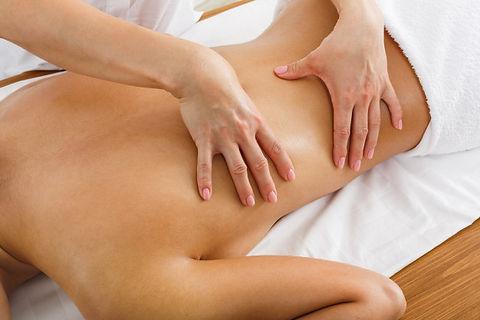 massagiste-femme-faire-massage-du-corps-