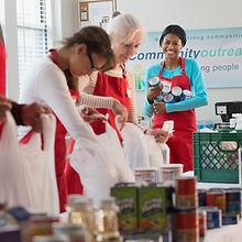 Les bénévoles d'emballage alimentaire