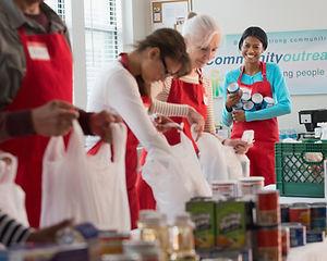 Dobrovolníci balení potravin