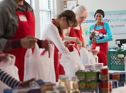 Vrijwilligers verpakken van voedsel