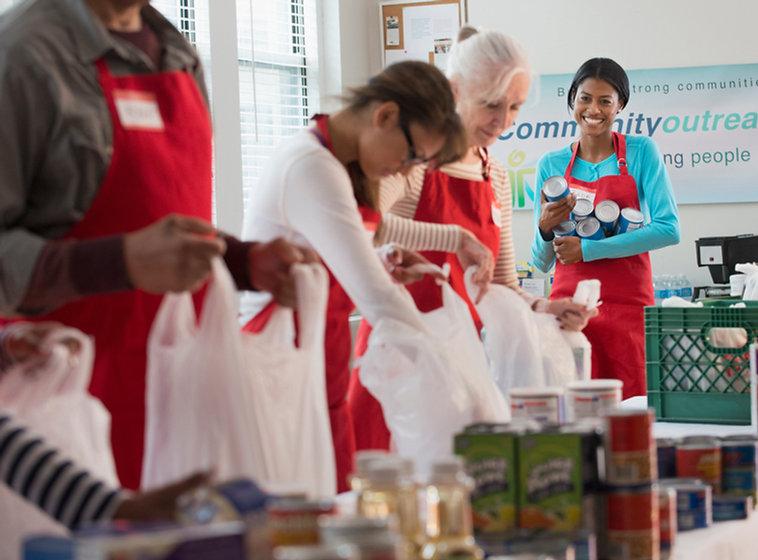 Los voluntarios del envasado de alimento