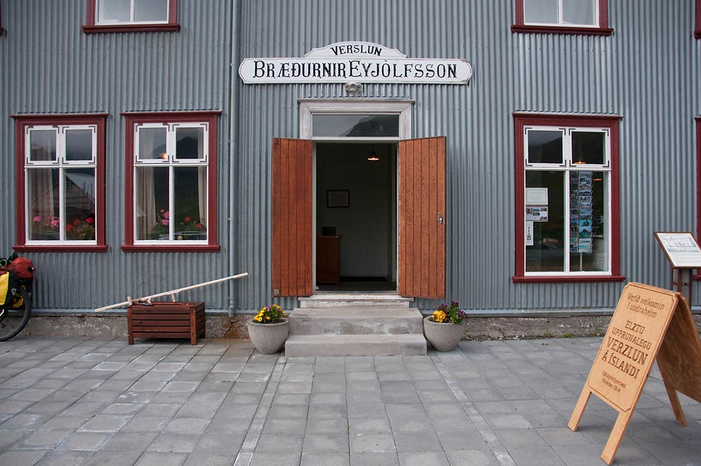 Bræðurnir Eyjólfsson, Flateyri, Vestfirðir, bókabúð, Julie Gasiglia, menning, úr vör, vefrit