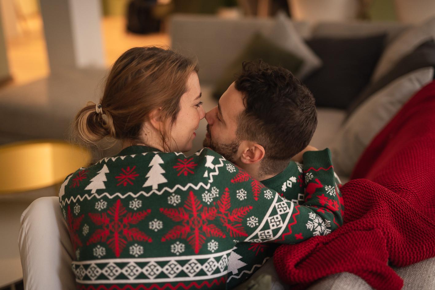 coppia che si bacia sul divano