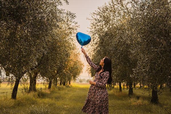 mamma in dolce attesa con un palloncino