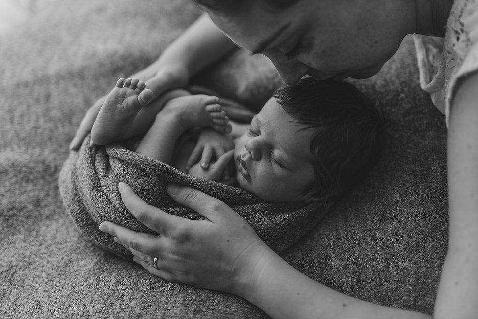 neonato-mamma-blackwhite