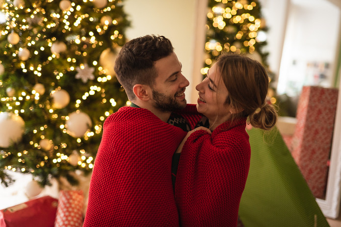coppia avvolta in una coperta sotto natale