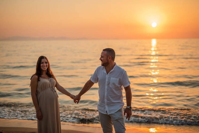 coppia che si prende per mano al tramonto