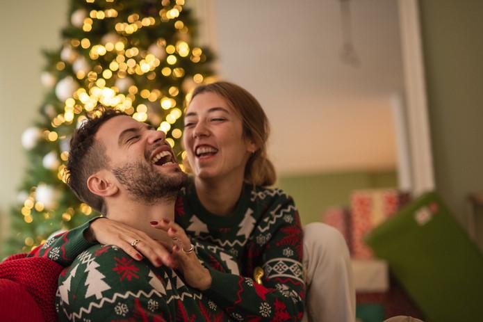 coppia felice sotto albero di natale