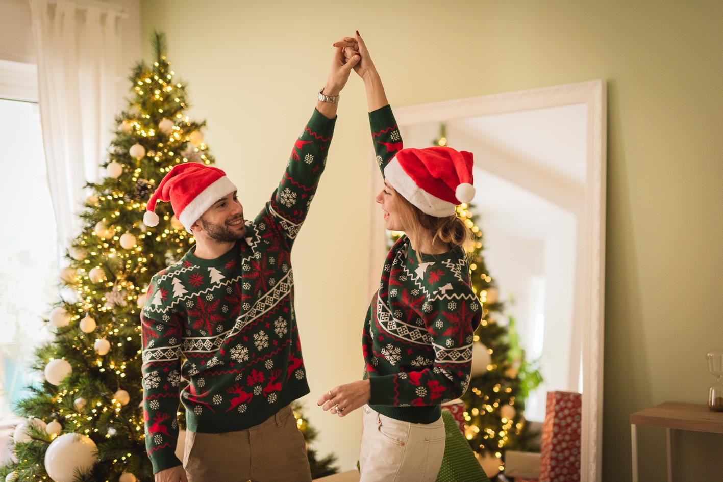 coppia che balla vestiti da natale