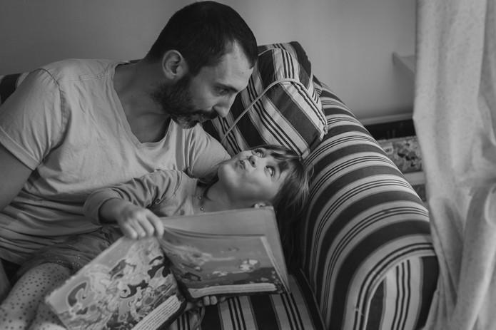papà e figlia che giocano
