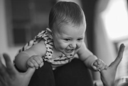 bambina-sorrisi-gioco-casa-mamma