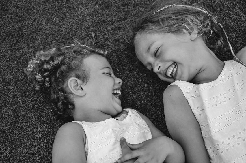 sorelle che ridono in un prato