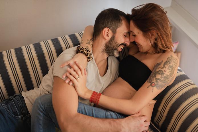 coppia felice sul divano