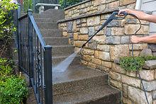 Laveuse dans les escaliers de pression