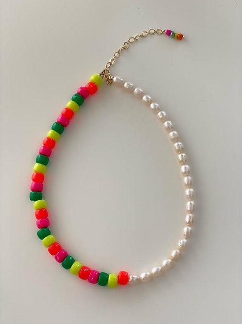 Collar Geral Perlas de rio y Tubitos neon