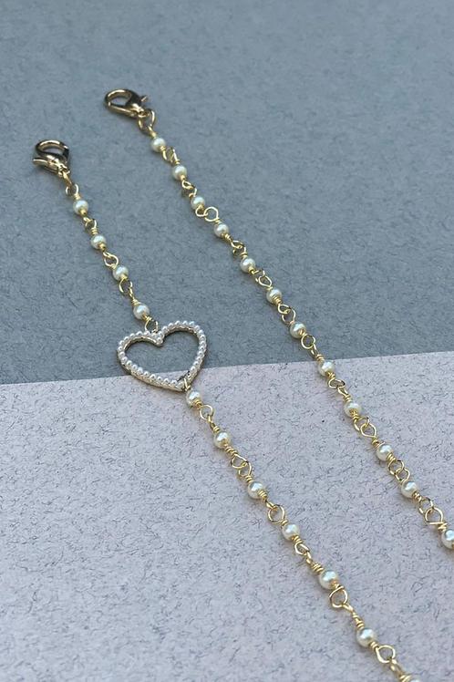 Sujeta barbijos-lentes corazón y mini perlas