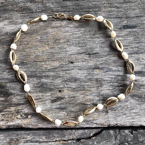 Collar caracoles dorados y Perlas de rio