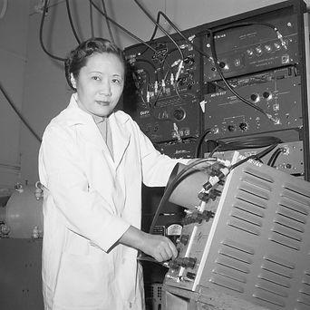 chien-shiung-wu-in-a-laboratory-51518523